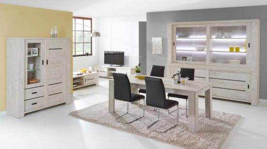 Eetkamer met stoelen